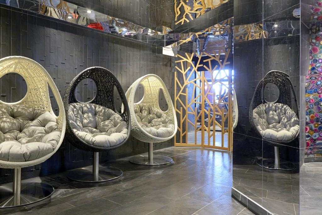 Même dans le spa, les fauteuils capsule trahissent le style sixties