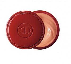 Se masser les ongles avec la crème abricot de Dior