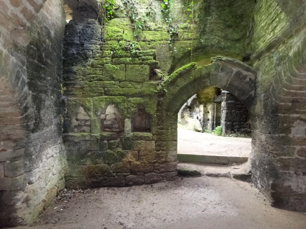 Restes d'une église à Doué La Fontaine dans la fabrique troglodytique de sarcophages