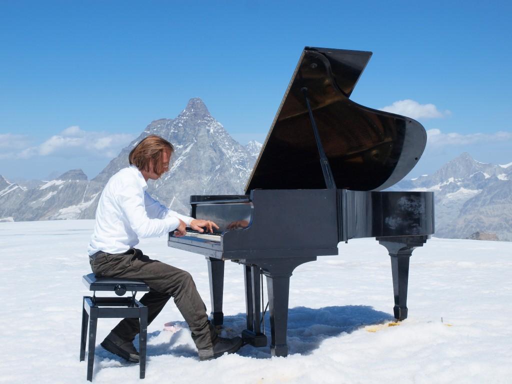 Jouer au pied du Matterhorn (Cervin)