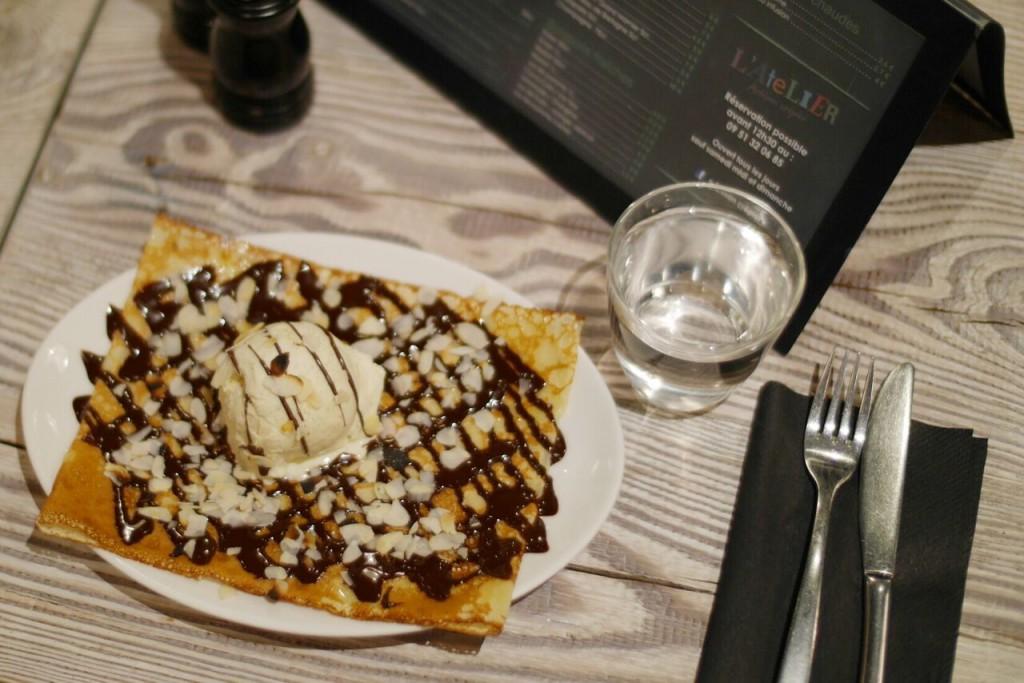 Une sucrée très classique : glace vanille et chocolat fondu