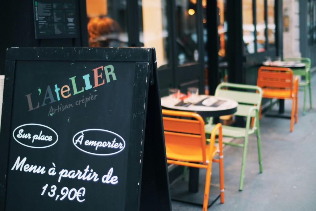 Quelques tables extérieur sont installées dans la rue