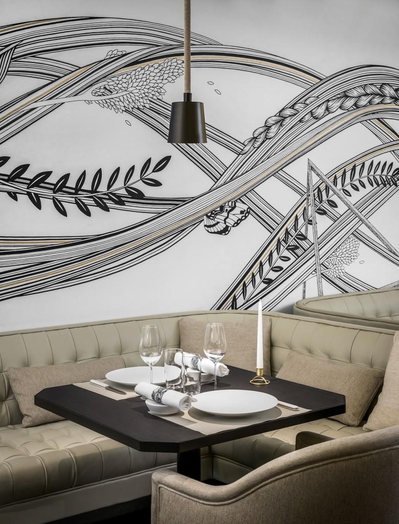 Une table et les fresques murales