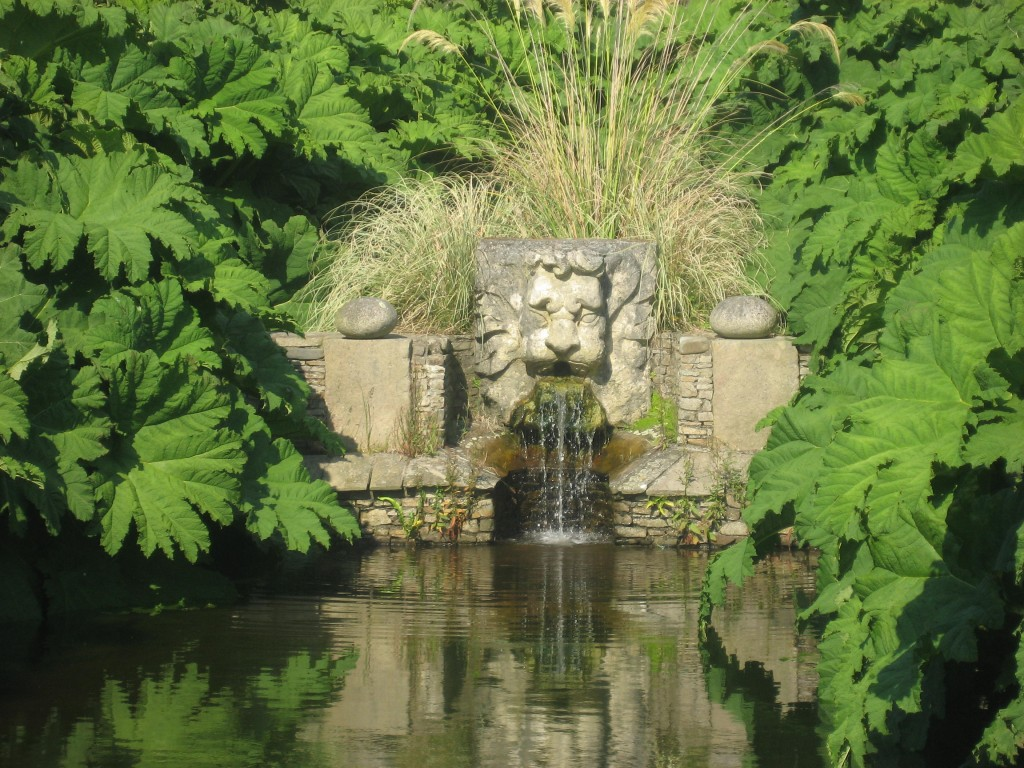 Une fontaine à tête de lion du jardin
