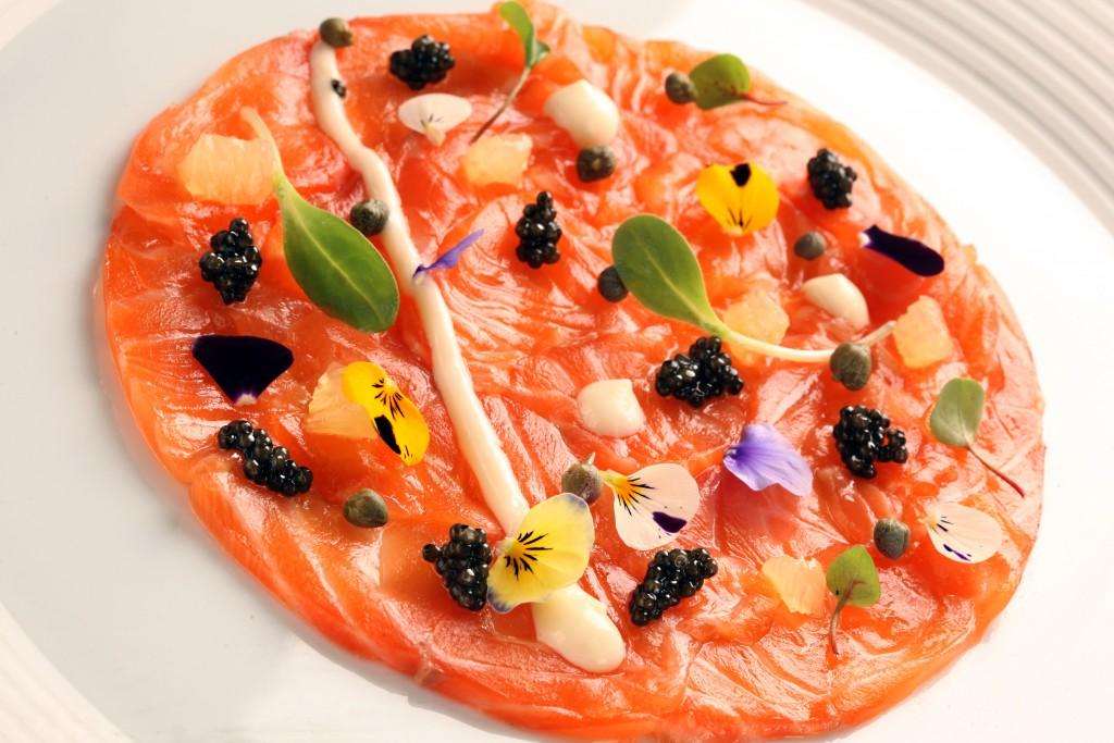 Un plat de saumon du Connaught à Londres