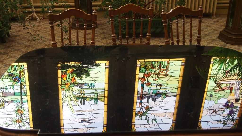 Reflet de 'vitraux' sur les tables