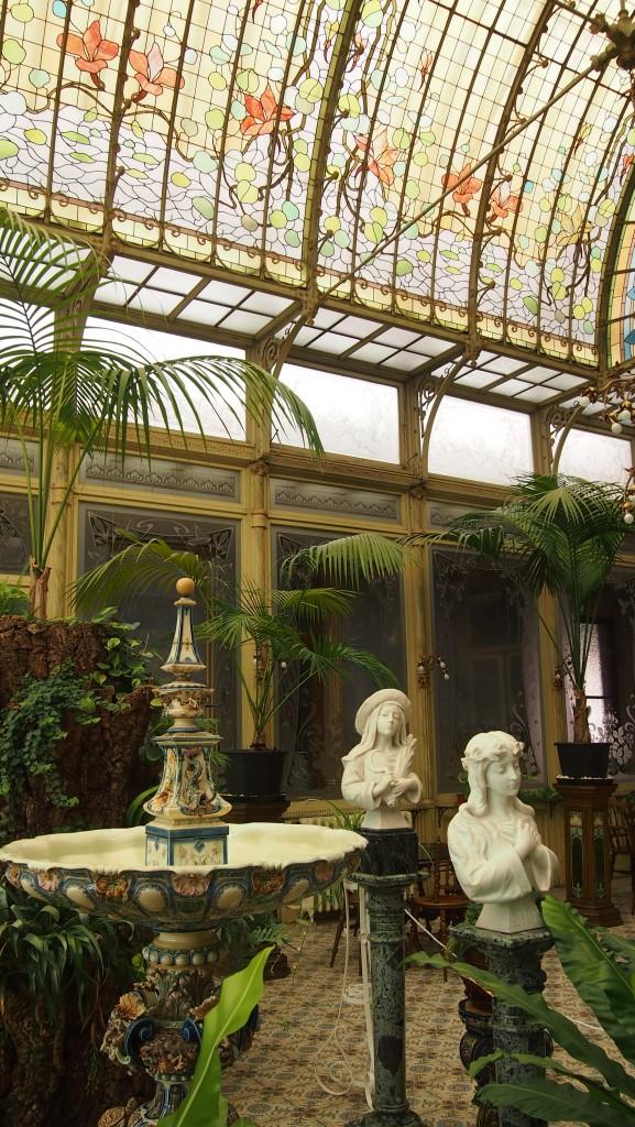 Vasque, statues et surtout verrière reflètent le style Art Nouveau