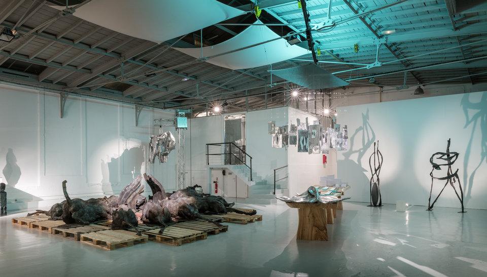 Galerie éphémère pour les sculptures et chocolats de Roger et au centre un groupe de lionnes autour d'une carcasse