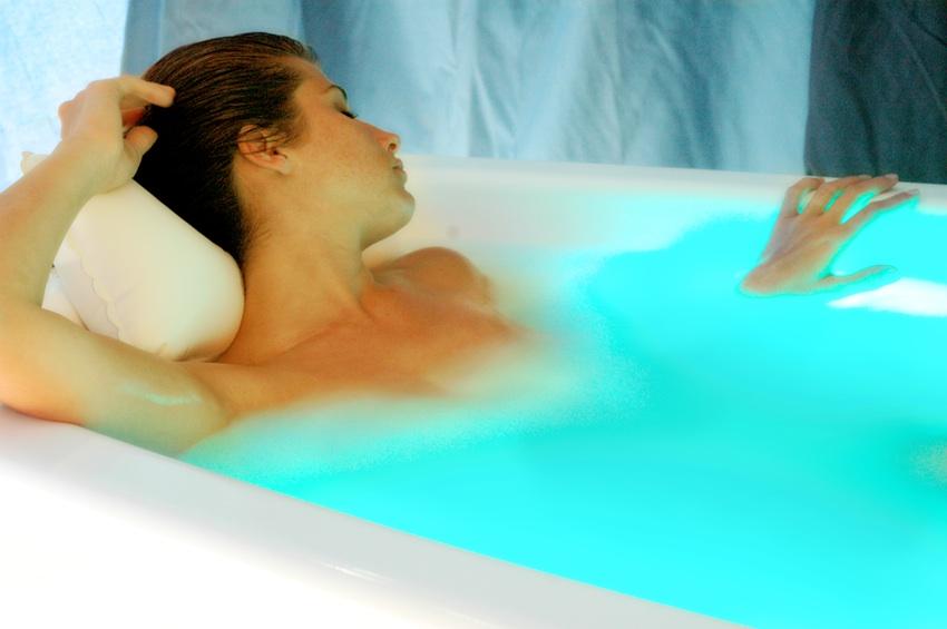 Détente dans un bain aux huiles essentielles