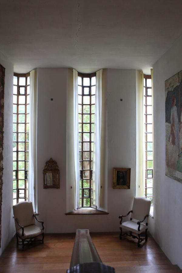 L'escalier s'ouvre sur des fenêtres 'cathédrale'