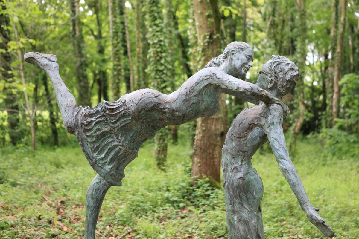 Un couple dans son jardin