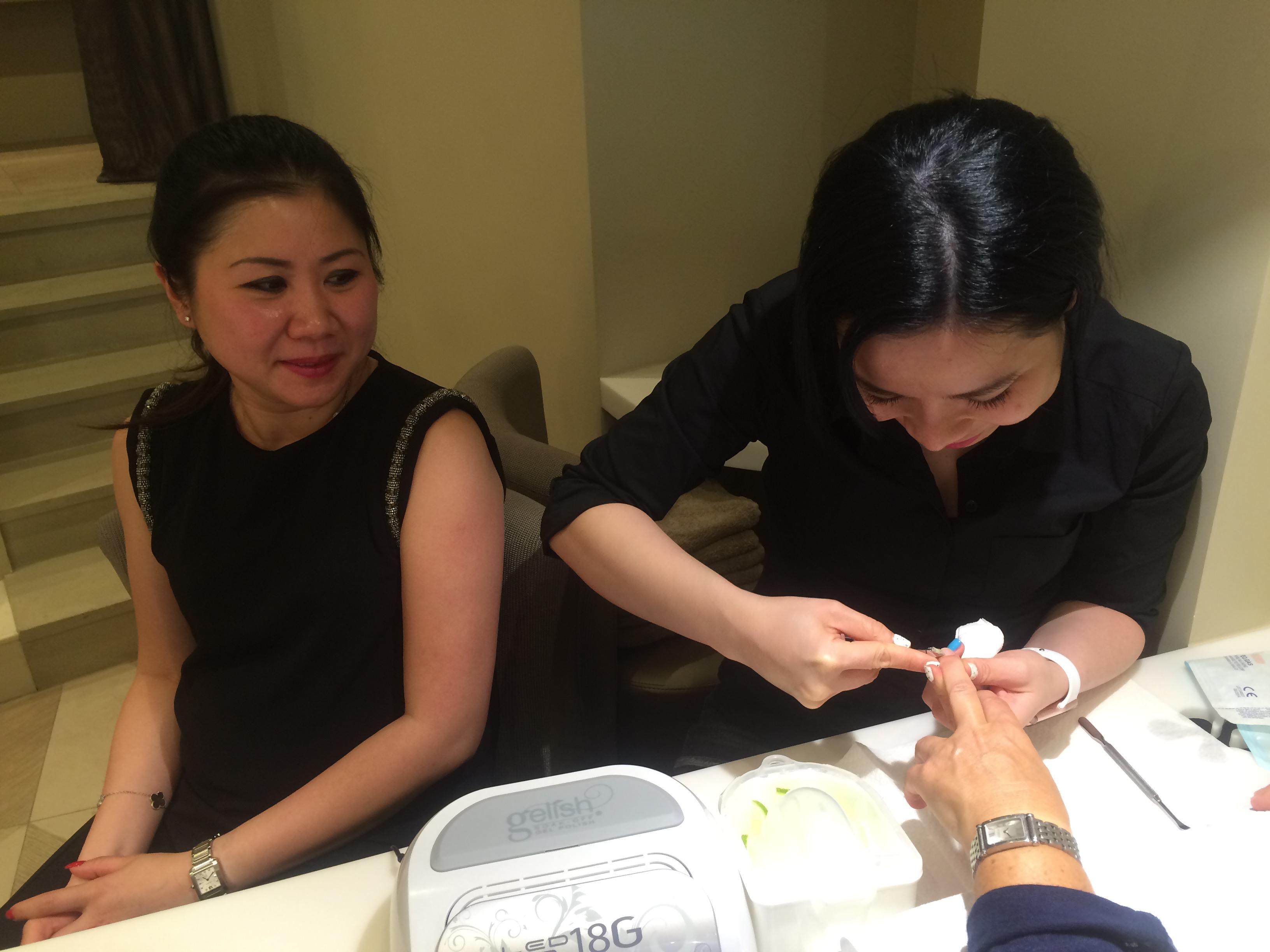 Des esthéticiennes vietnamiennes pour traiter vos ongles