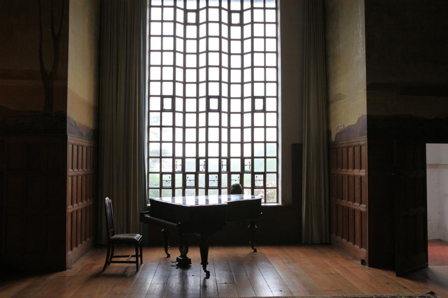 Le piano pour s'évader musicalement et rêver aux fleurs du parc par la fenêtre