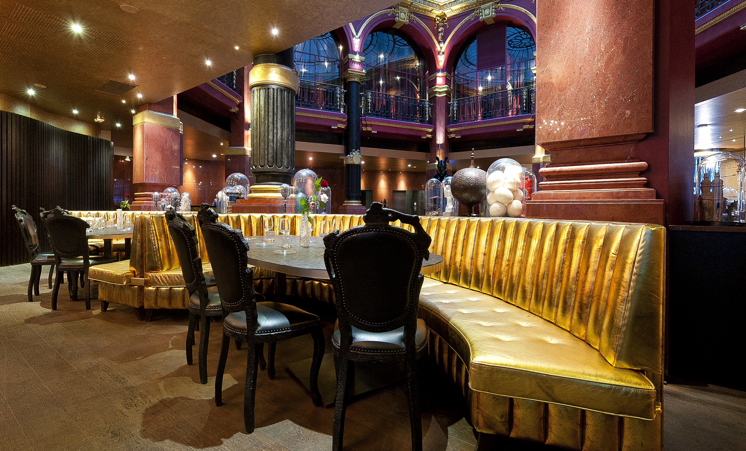 De belles banquettes dorées dans la salle du restaurant