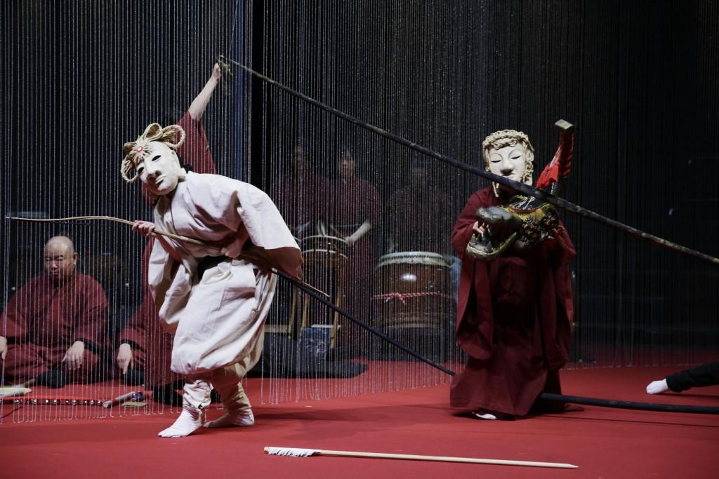 Comédiens masqués et musiciens
