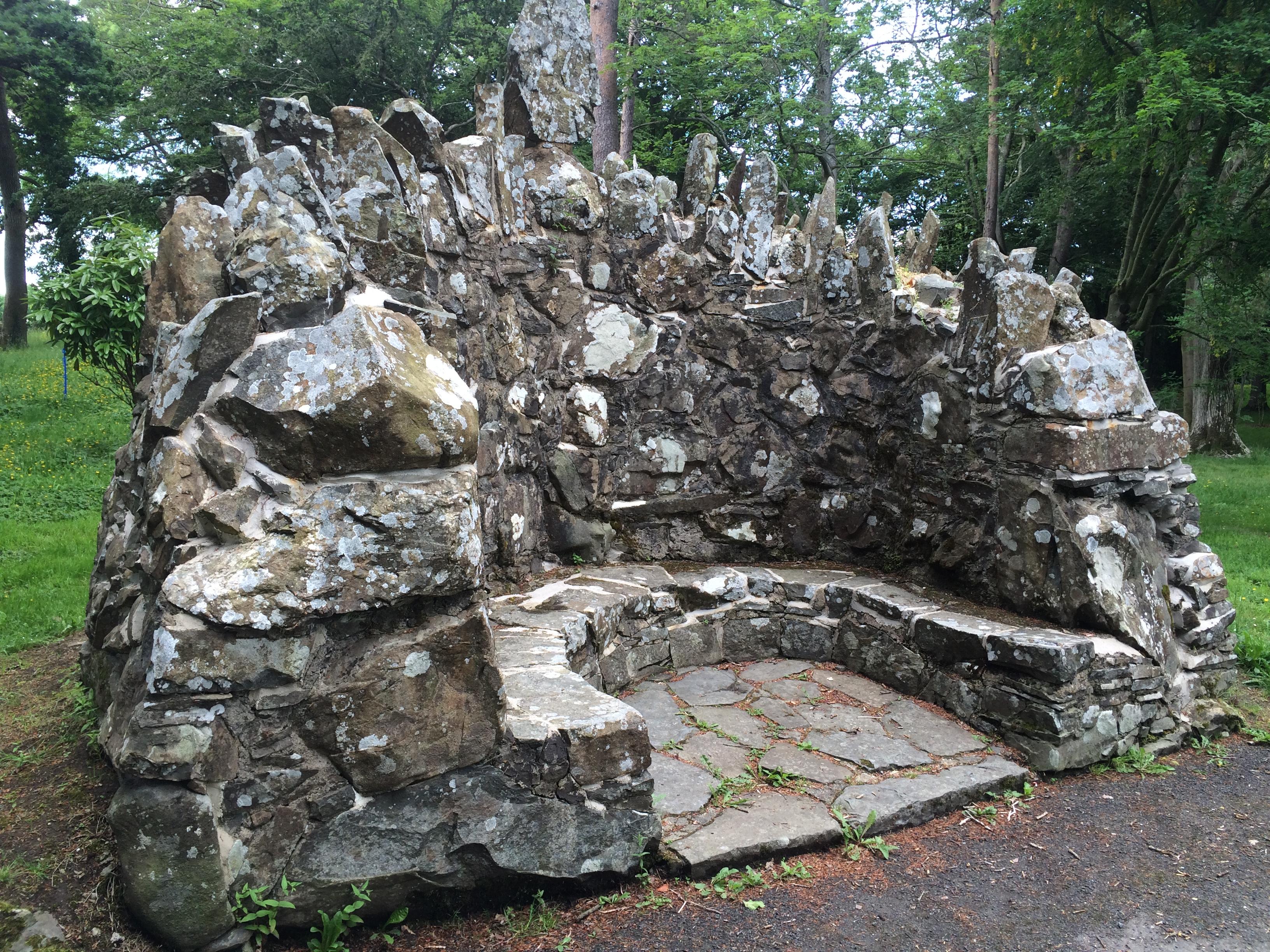 Facétie en pierre faisant office de banc