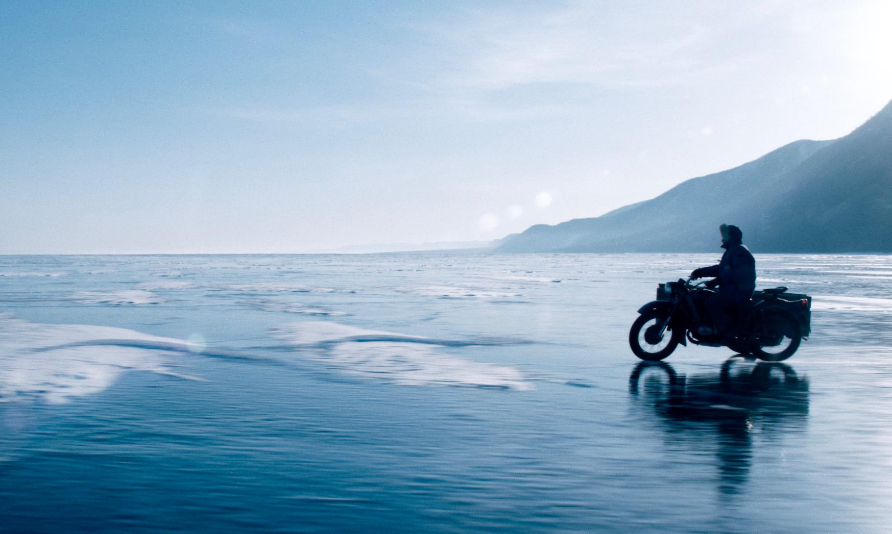 La ville la plus proche est à des jours de moto sur le lac gelé