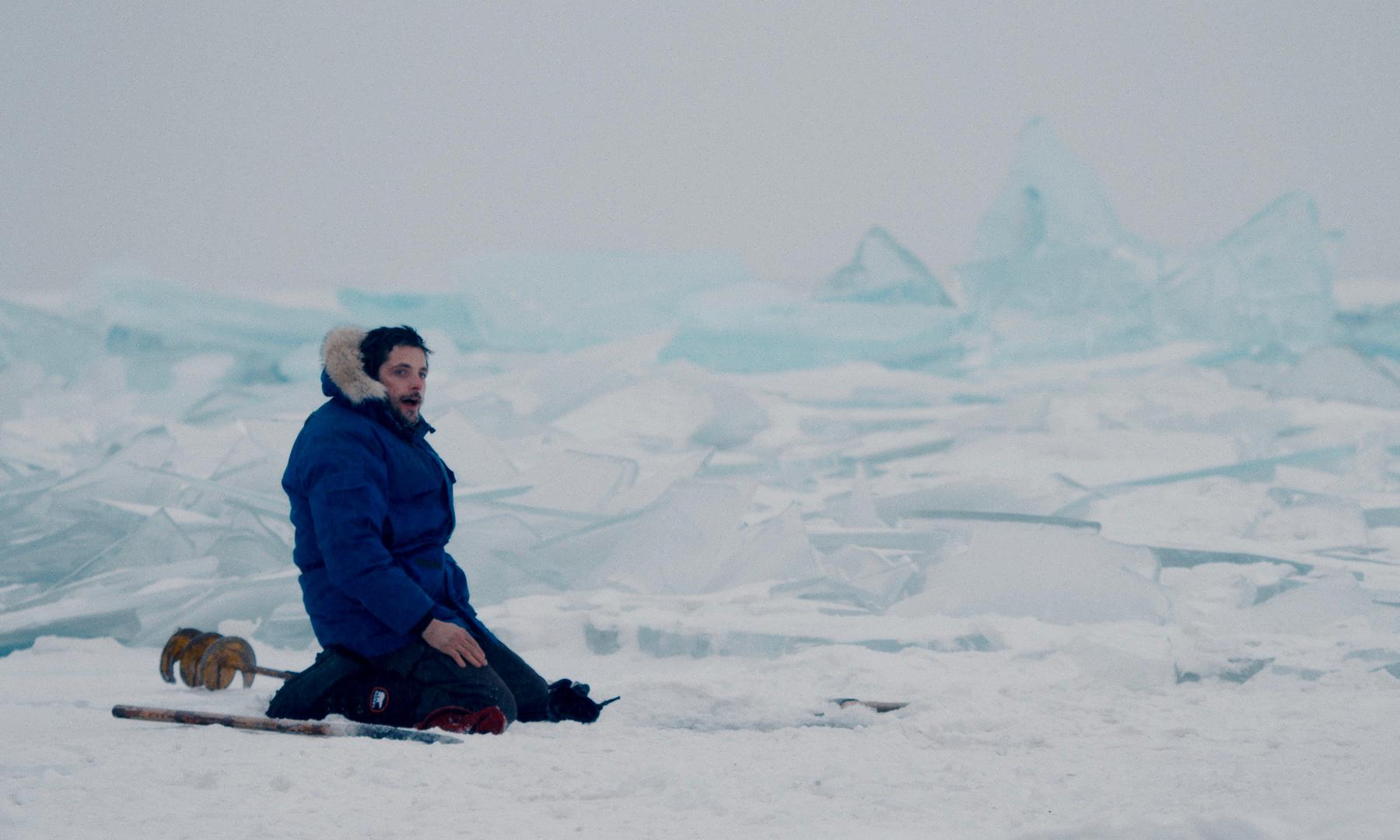 Faire des trous dans la glace à la vrille est une épreuve