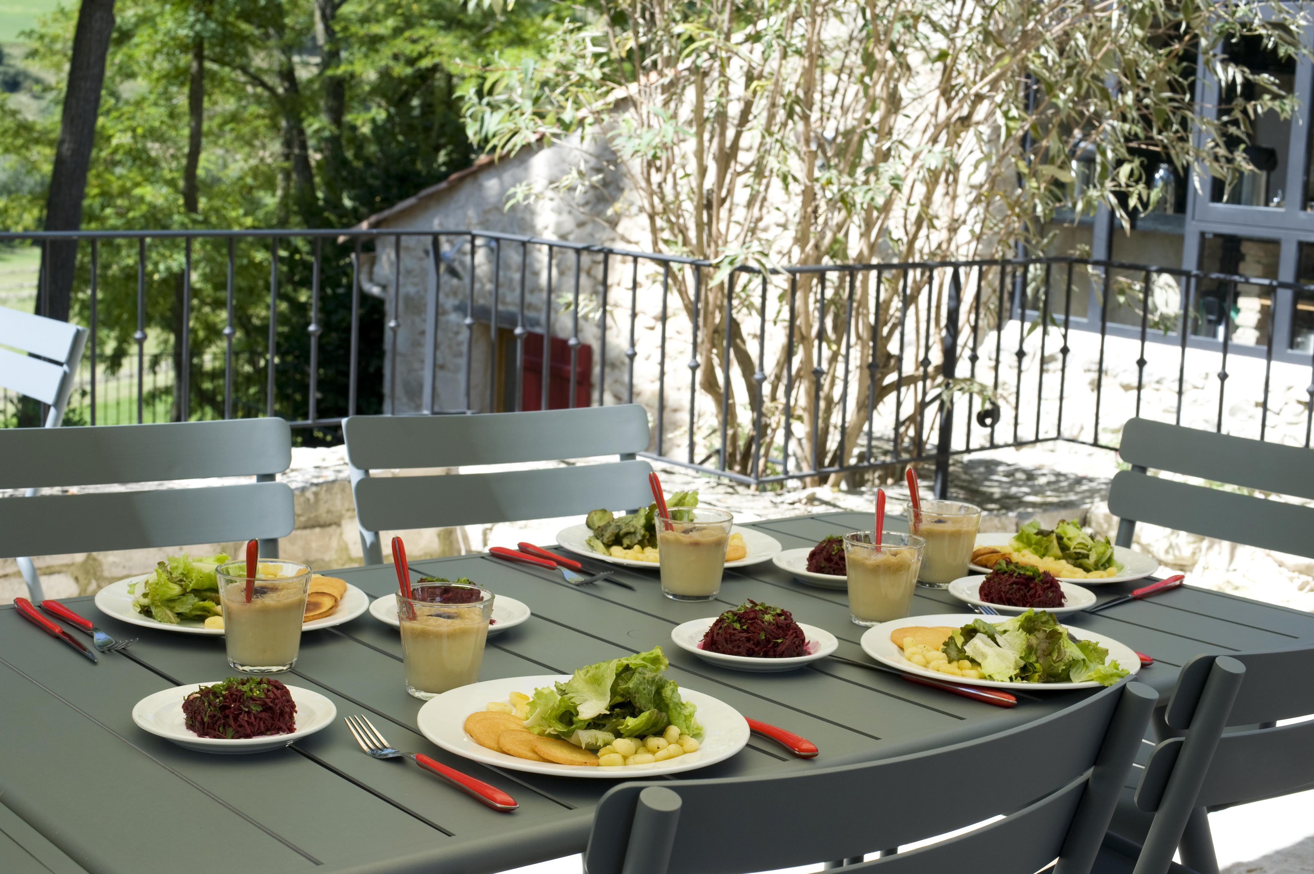 La table d'hôtes à l'extérieur