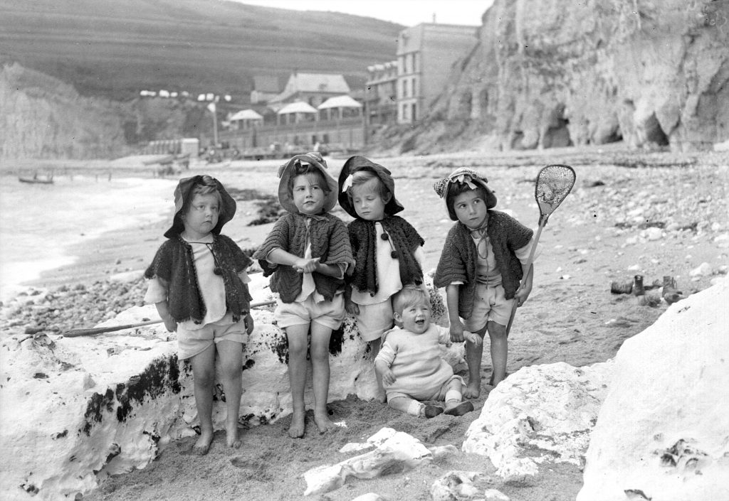 Petites filles sur la plage. Les Grandes Dalles (Seine-Maritime), 1907