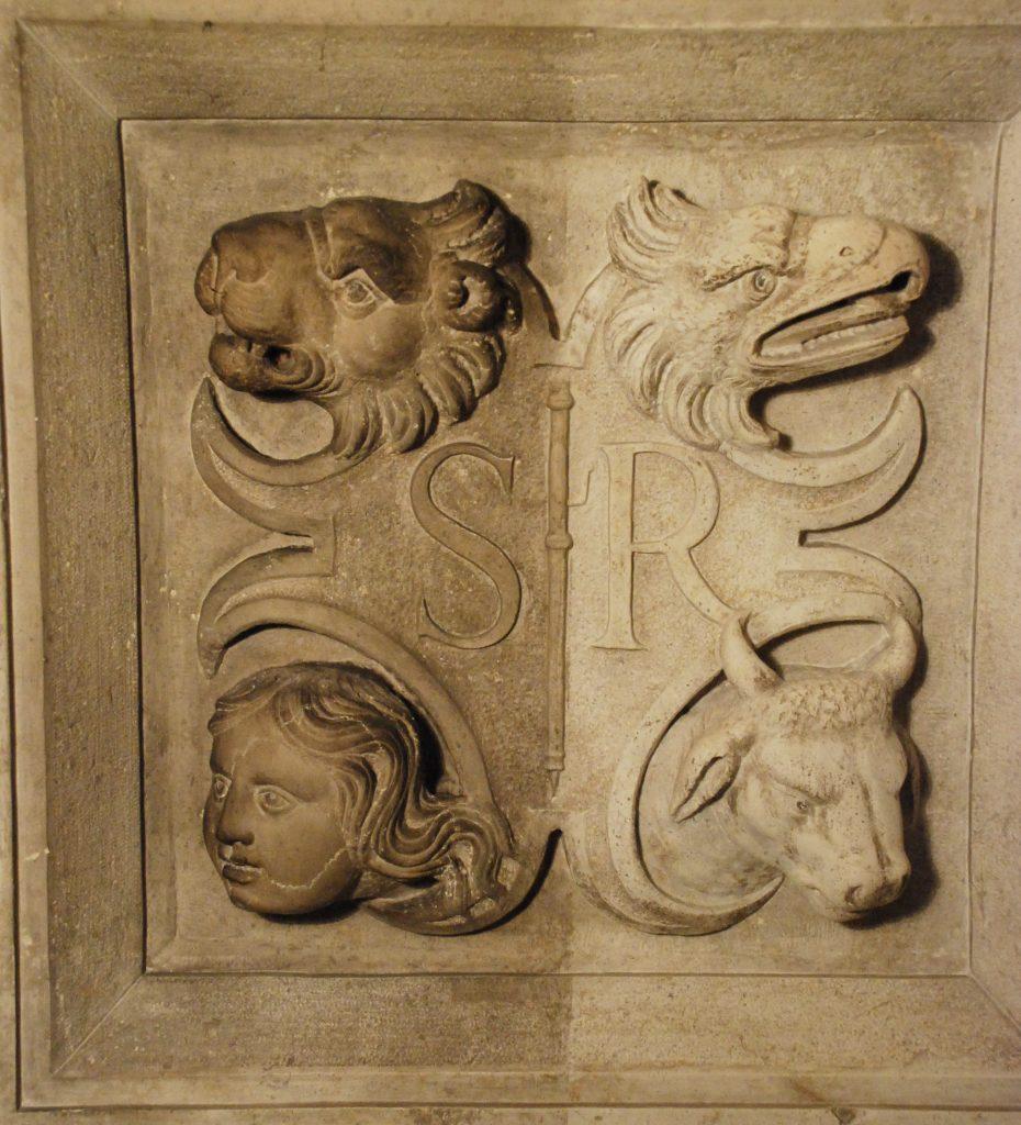 Bas relief par moitié restauré par Jaeger LeCoultre représentant les symboles des 4 évangélistes