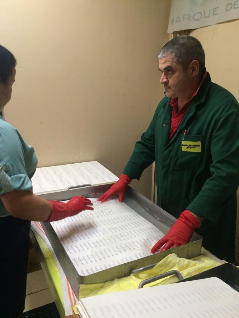 Le papier passe par des bains salins pour qu'ultérieurement le benjoin puisse se fixer