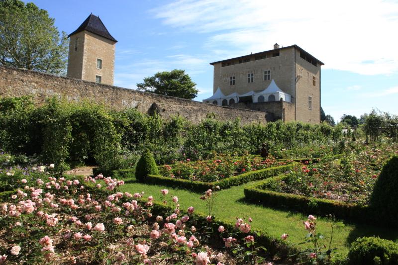 le château St Bernard et sa roseraie