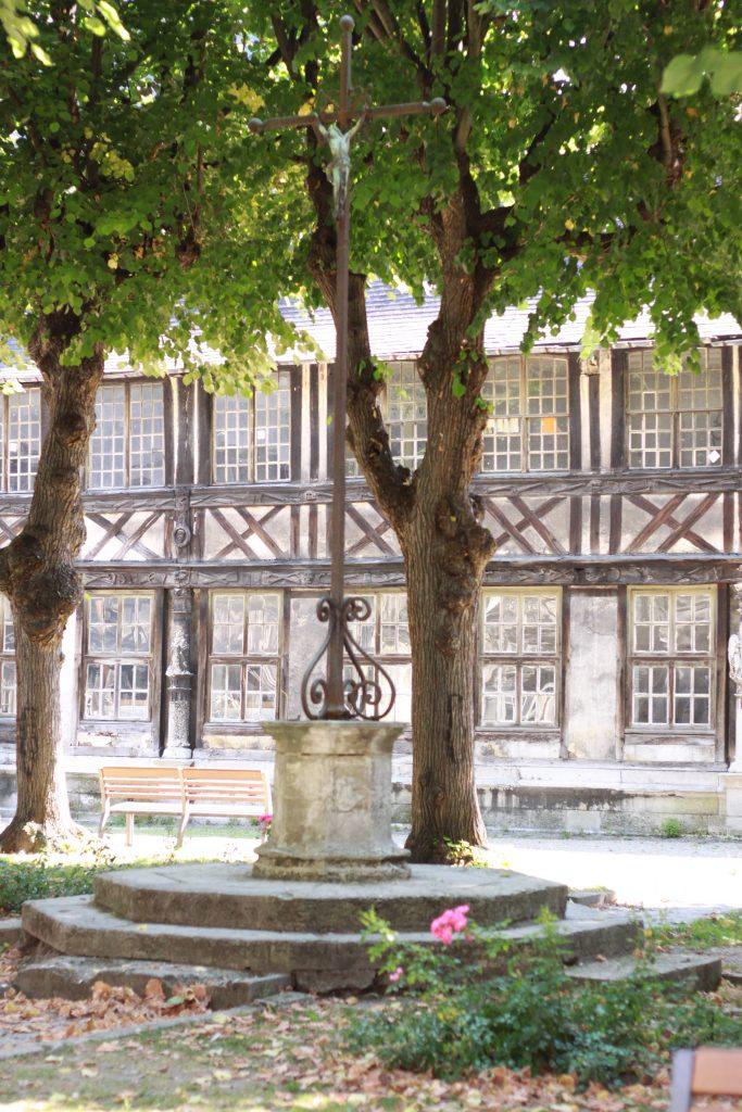 L'aître Saint - Maclou , un des lieux insolites du coeur historique de la ville