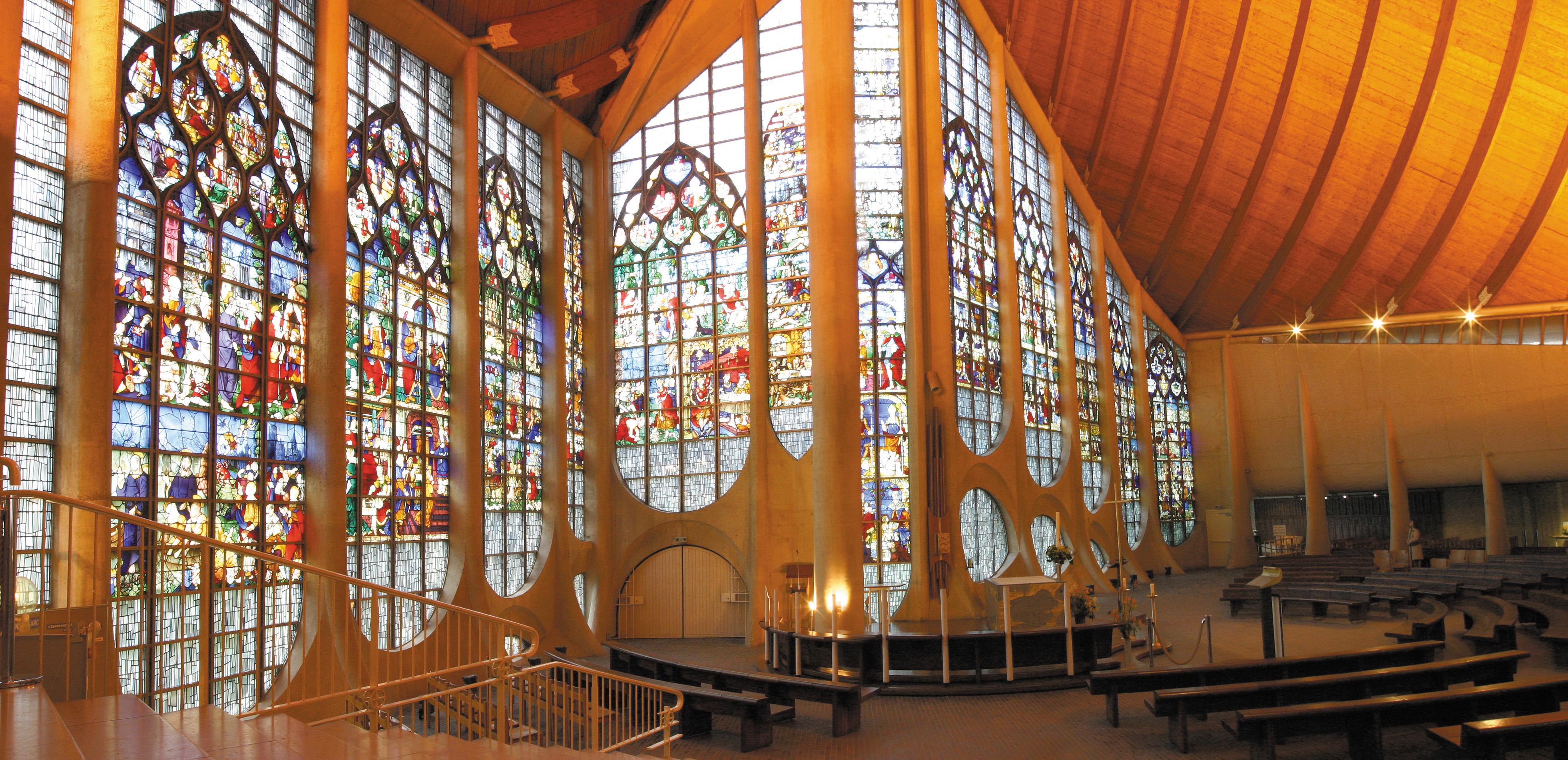 Architecture étonnante et vitrraux renaissance pour l'église Ste Jeanne d'Arc
