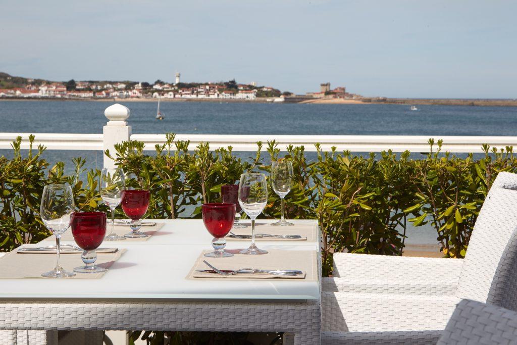 Repas sur la terrasse face à l'océan