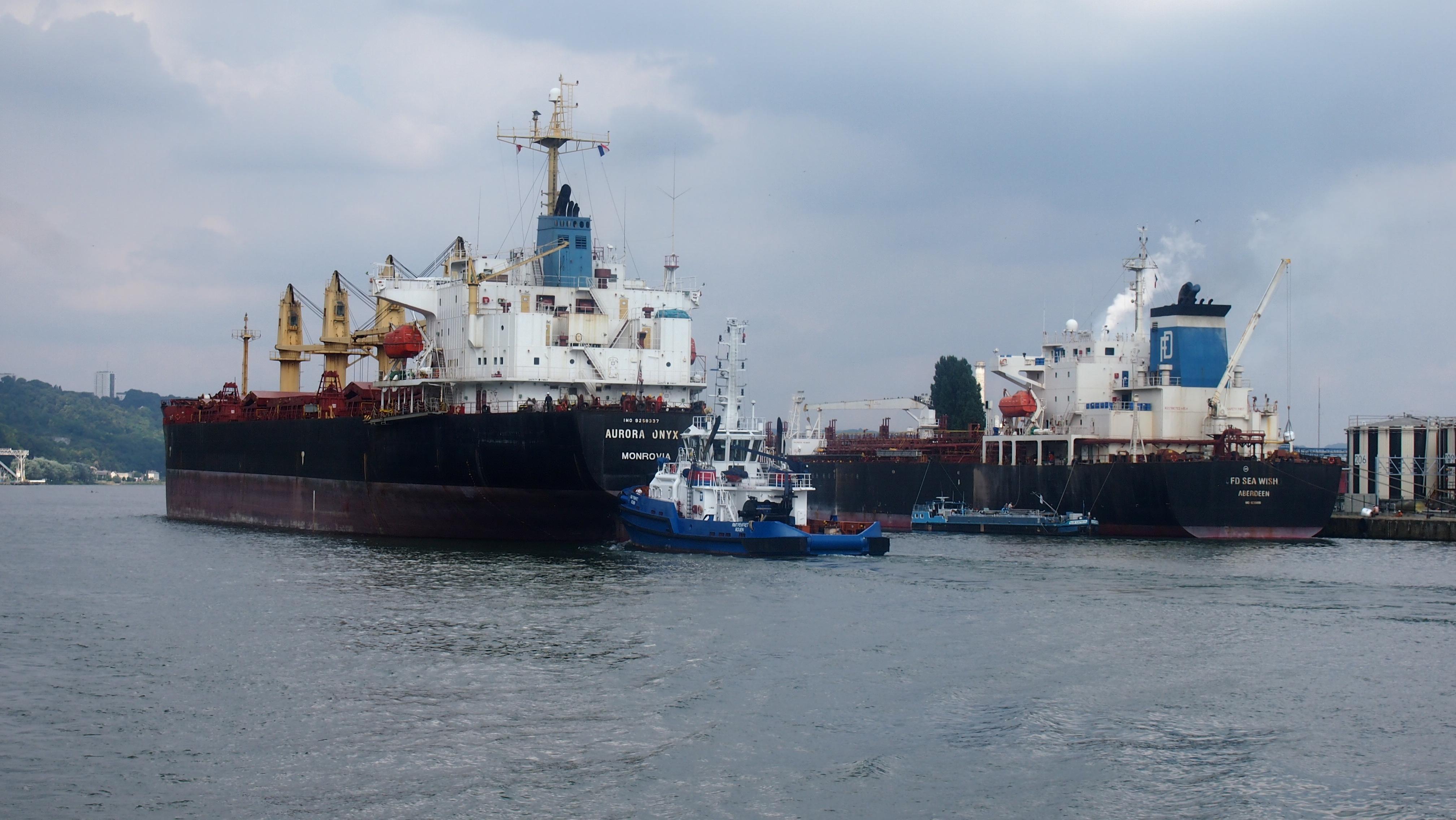 Dans le port, le ballet des navires et des remorqueurs