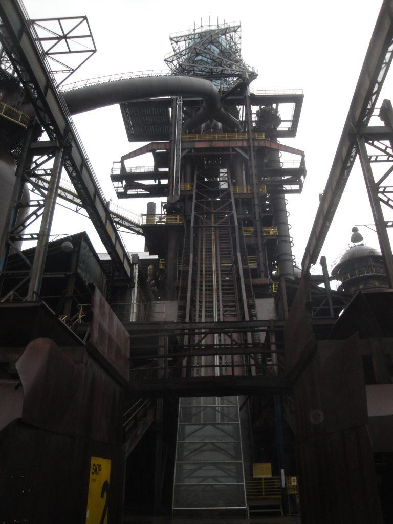 Par un ascenseur de verre on monte aujourd'hui en quelques secondes au sommet du chevalet appelé tour Usain Bolt