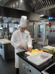 Le chef coupe les mangues