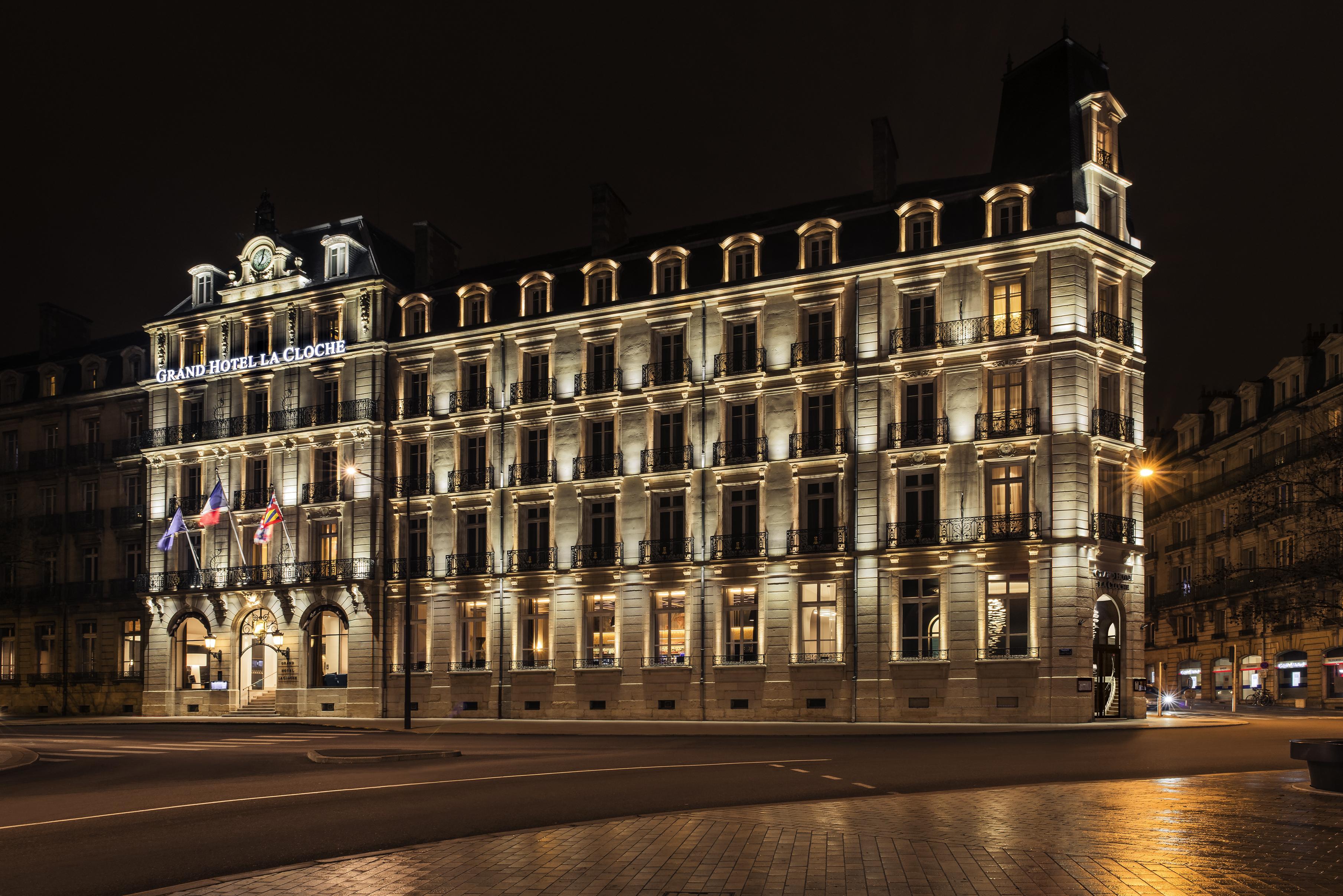 De nuit la façade de La Cloche, l'hôtel mythique de Dijon ( visuel Accor)