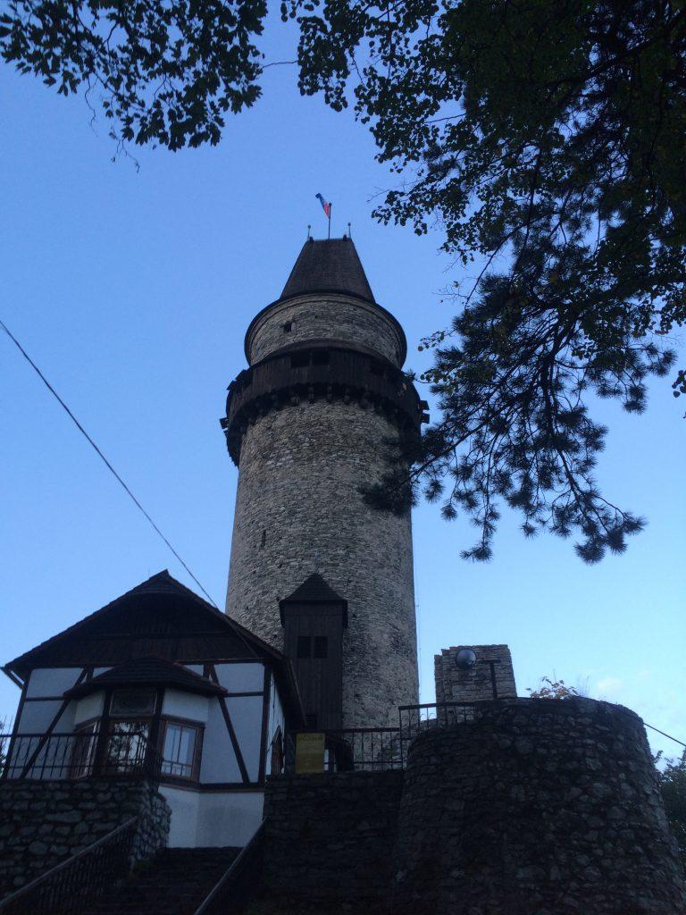 La tour du château à la tombée de la nuit