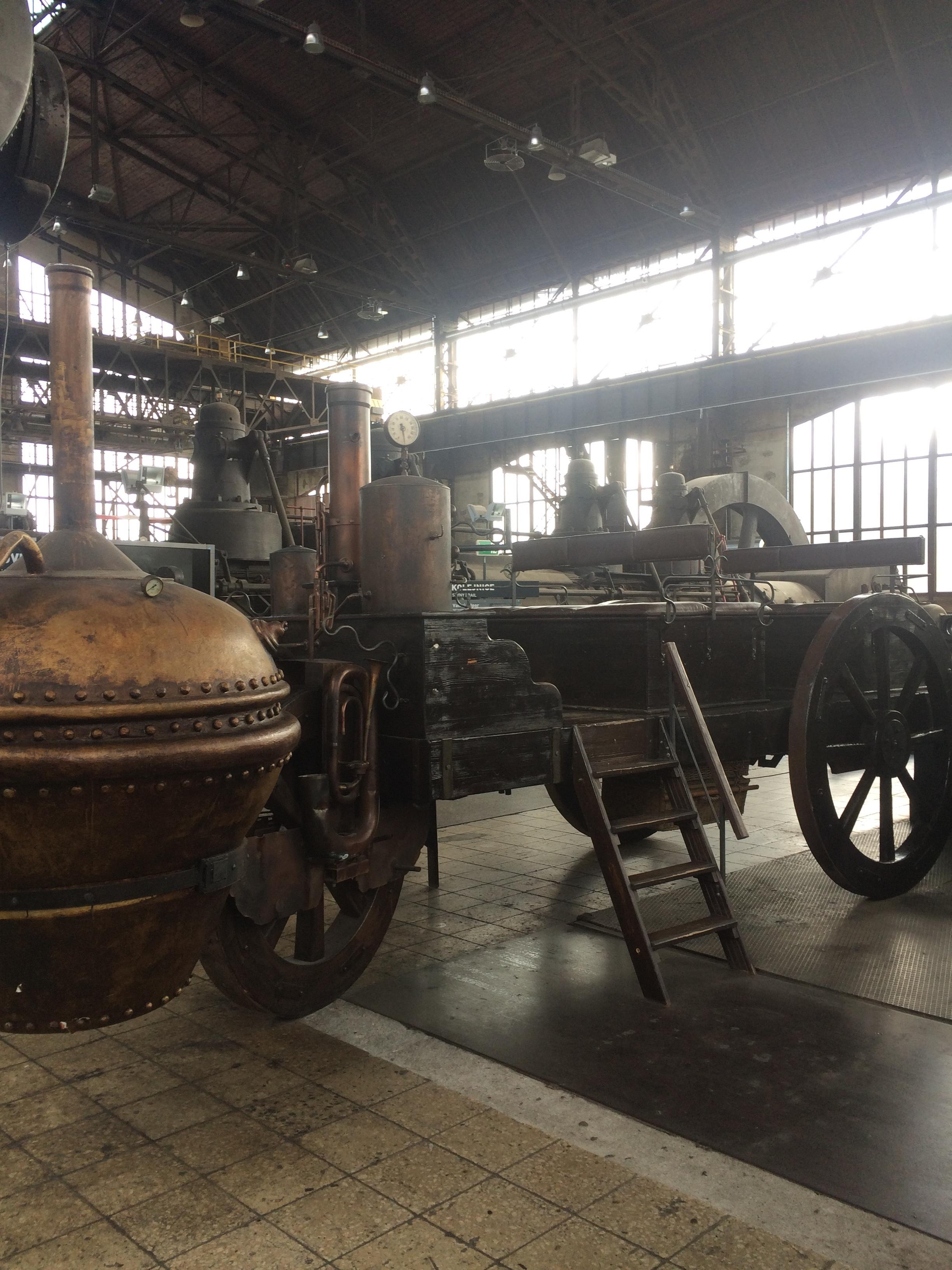 Une pièce de musée là exposée : une des premières voitures à vapeur