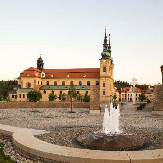 La fontaine et la basilique au fond