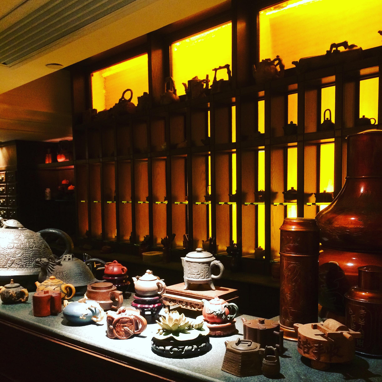 au fond de la salle, un comptoir à thé avec plus de 25 thés et une collection de 200 théières miniatures