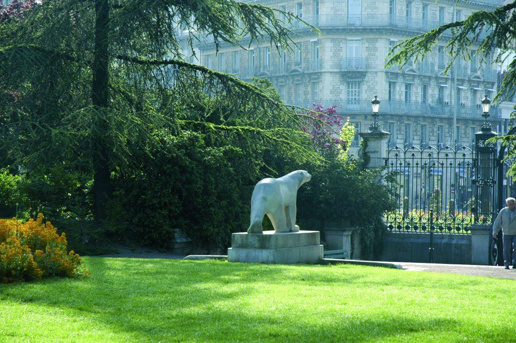 Le célèbre ours polaire de Pompon au jardin Darcy