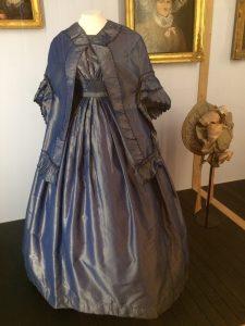 Dans le musée Magnin, des expos temporaires comme c'est le cas ces jours ci avec des vêtements anciens