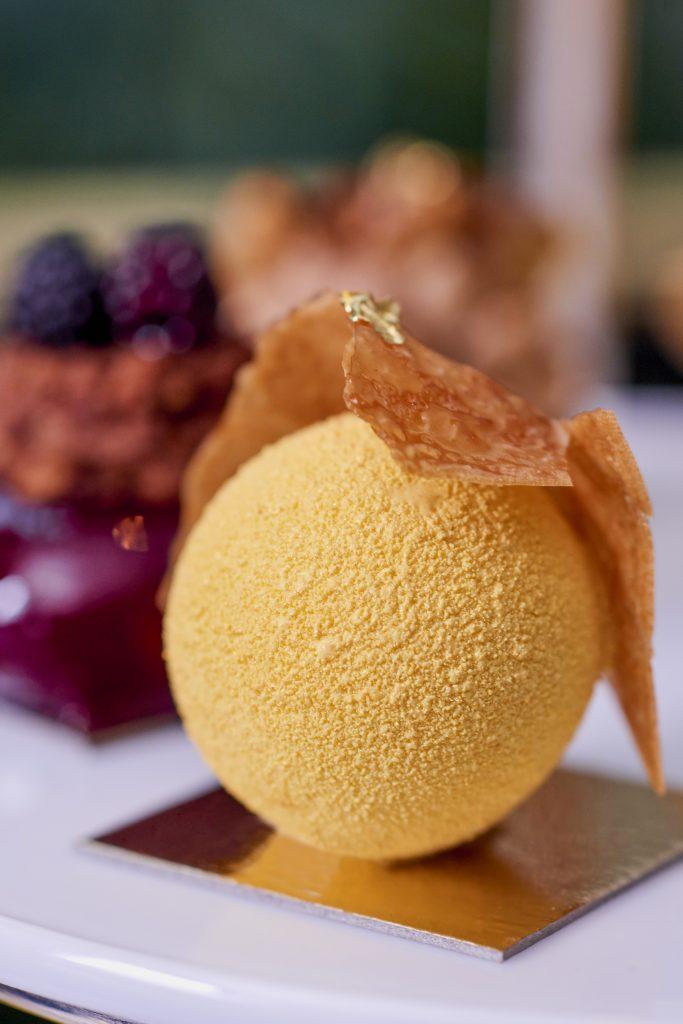 Une des pâtisseries , la sphère ananas coriandre